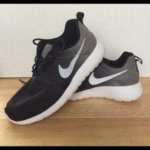 Gently Worn Nike Roshe Size 5 Y